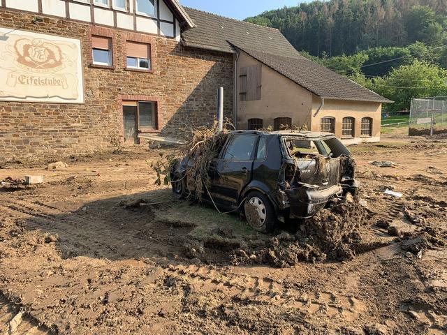 Zerstörtes Fahrzeug in Kirchsahr